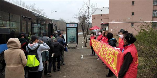 东立社区党员志愿者在倡导辖区居民文明出行.jpg