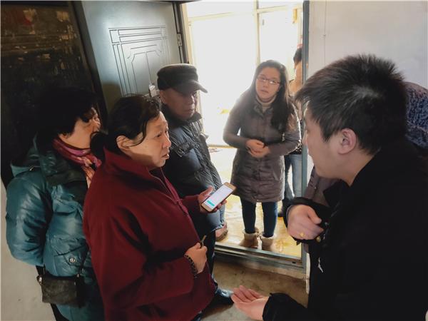 党代表居民家中调解跑水矛盾纠纷.jpg