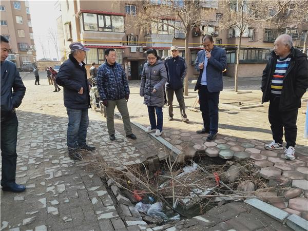 党代表勘察60栋楼旁井盖塌陷.jpg
