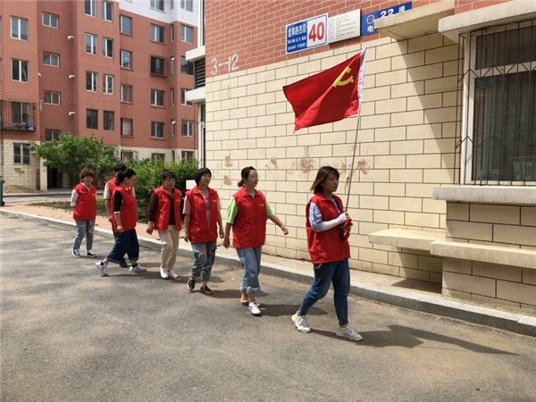 """盘南社区""""雨后彩虹""""党员志愿者服务队在辖区巡逻.jpg"""